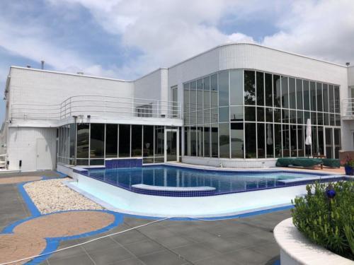 Inground Rectangle Vanishing Edge Custom Concrete Glass Coat Pool 16x30. Green Bay, Wisconsin